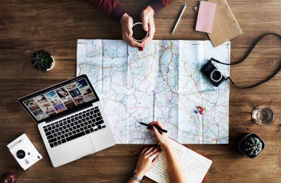 la geolocalización da información sobre la posición geográfica de un objeto.