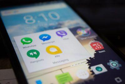 Edukiera gutxiko smartphoneetan ohikoa izaten da noizean behin tokia askatu behar izatea.